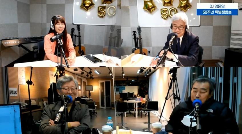[생방송중] 특별 손님 김진성 PD, 강병택 PD가 출연해 이야기를 나누고 있다.