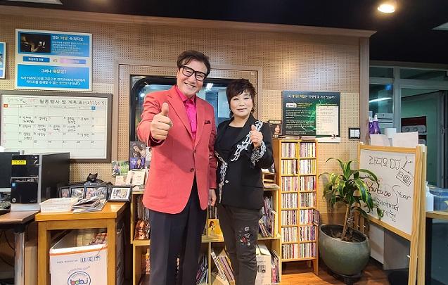 가수 박태희(왼), 김영화(오)