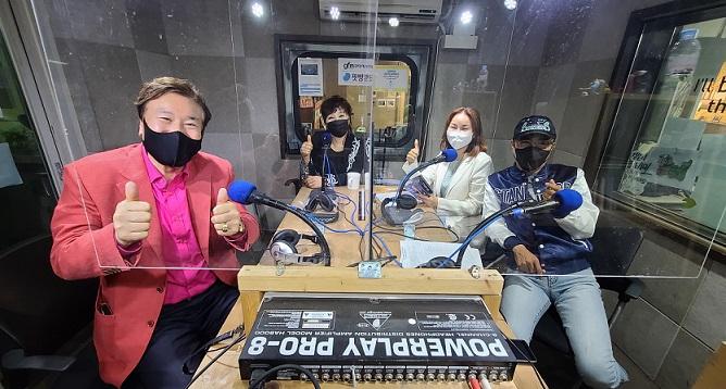 [생방송중] 게스트 박태희, 김영화, DJ 이진아, 정오양(왼쪽부터)
