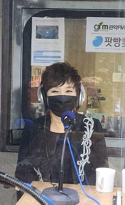 [생방송중] 부산에서 올라온 가수 김영화가 가요톡톡 2부에 출연하여 토크를 나누는 중이다